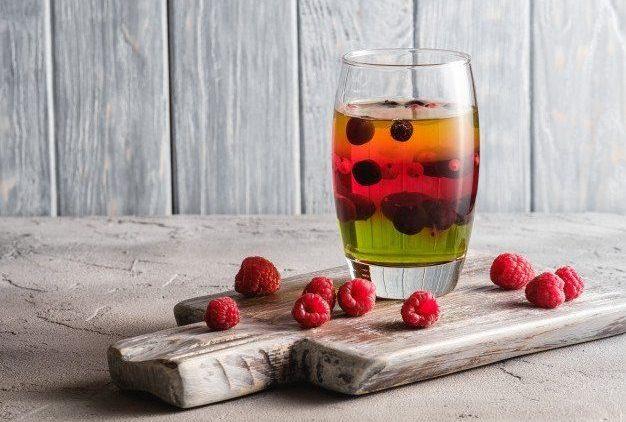sobremesa-de-geleia-com-frutas-em-vidro-na-velha-tabua-de-madeira_120523-1550